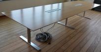 Møtebord i valnøtt / satinert stål fra Duba B8, 400x120cm, passer 12-14 personer, kabelluker, pent brukt