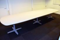 Kinnarps T-serie konferansebord / møtebord i lys grå / grått understell, 440x120cm passer 14-16 personer, pent brukt
