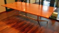 Møtebord i flammebjerk, Vitra Eames Segmented Table, 240x120cm, 8-10personer, pent brukt