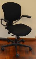 Savo Ikon kontorstol i sort stoff med armlene, sort kryss med rød ring, pent brukt