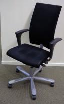 Kontorstol: Håg H04 4600 i sort mikrofiberstoff, armlene i sort, kryss i grått, pent brukt