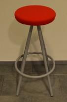 Barkrakk / barstol i rødt stoff / grått fra Martela, sittehøyde 80cm, pent brukt