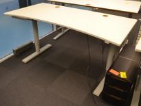 Skrivebord med elektrisk hevsenk fra Martela i lys grå, 160x80cm, mavebue, hull til kabler, pent brukt