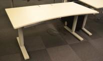 Skrivebord med elektrisk hevsenk fra Martela i lys grå, 160x80cm, mavebue, slisse til kabler, pent brukt