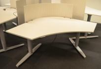 """Skrivebord med elektrisk hevsenk i lys grå fra Kinnarps, T-serie, """"butterfly"""", 140x140cm, kan plasseres i gruppe, pent brukt"""