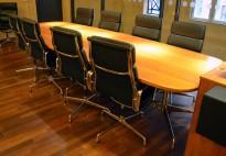 Møtebord i flammebjerk, Vitra Eames Segmented Table, 340x125cm, 10-12personer, pent brukt