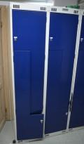 Garderobeskap i stål med Z-dører i lys grå / blå dører, 4 rom. 80cm bredde, 55cm dybde, 176cm høyde, pent brukt