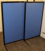 Frittstående skillevegg 86,5cm bredde, 148cm høyde, blått stofftrekk / sort ramme / ben, brukt