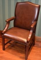 Møteromsstol i klassisk stil, mahogni / brunt skinn, fra Bevan Funnell, pent brukt