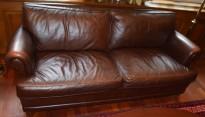 Loungesofa 2seter fra LK Hjelle i brunt skinn, klassisk stil, 196cm bredde, pent brukt