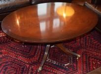 Loungebord i klassisk stil, oval plate, 122x84cm, 54cm høyde, pent brukt