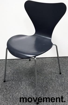 Arne Jacobsen 7er-stol / syver-stol, model 3107, i 795 Sortblå, understell i krom, pent brukt bilde 1
