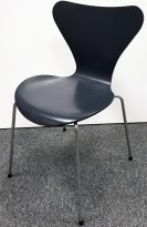 Arne Jacobsen 7er-stol / syver-stol, model 3107, i 795 Sortblå, understell i krom, pent brukt