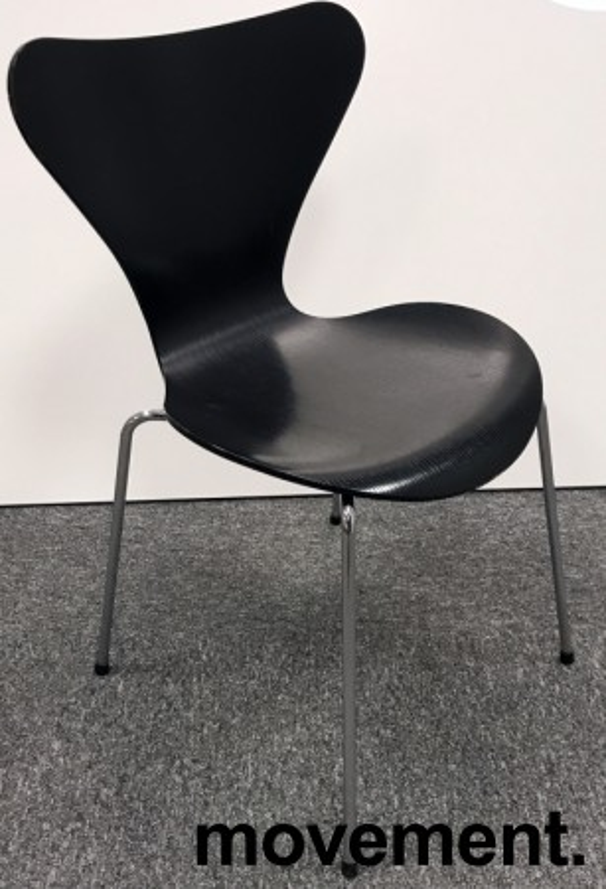 Arne Jacobsen 7er-stol / syver-stol, model 3107, i 195 Sort, understell i krom, pent brukt bilde 1