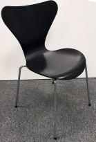 Arne Jacobsen 7er-stol / syver-stol, model 3107, i 195 Sort, understell i krom, pent brukt