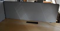 Bordskillevegg i lyst grått stoff fra Götessons, 160x65cm, pent brukt