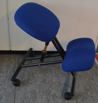 Knestol på hjul i blått stoff / sort, pent brukt