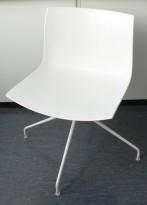 Arper Catifa 46, svingbar design-stol i hvitt, pent brukt