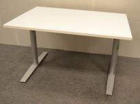 Skrivebord fra Svenheim i hvitt, 120x80cm, pent brukt understell med ny plate