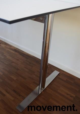 Lekkert, kompakt skrivebord fra EKV, 120x80cm, hvit bordplate med sort kant / krom understell, pent brukt bilde 3