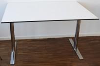 Lekkert, kompakt skrivebord fra EKV, 120x80cm, hvit bordplate med sort kant / krom understell, pent brukt