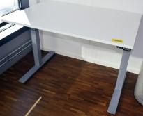 Kompakt elektrisk hevsenk skrivebord, hvit bordplate 120x80cm, grått understell, pent brukt
