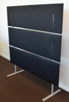 Frittstående skillevegg med sorte stofftrukkede paneler og grå ramme / føtter, Caimi, Italia, 160cm bredde, 162cm høyde, pent brukt