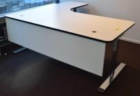 Lekkert skrivebord i hvitt / sort kantlist, hjørneløsning 200x200cm fra Horreds, sorte kanter, krom understell, pent brukt