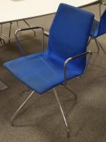 Konferansestol fra Fourdesign, modell Cast One, i blått mikrofiberstoff / krom, med sving, pent brukt