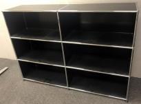 USM Haller liten reol / mediamøbel, sortlakkert stål / krom, 152cm bredde, 75cm høyde, pent brukt