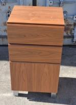 Lite skap med 2 skuffer i valnøttfiner, bredde 46cm, høyde 84,5cm, brukt