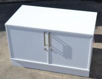 Lavt skap med dører i hvitt, fint som printerskap, bredde 80cm, høyde 50,5cm, pent brukt