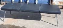 Sittebenk / lounge fra ForaForm i sort skinn, 165x57cm, høyde 47cm, pent brukt