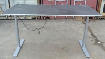 Skrivebord fra Holmris med elektrisk hevsenk, sort med kant i aluminium, satinert stål understell, 180x90cm, pent brukt