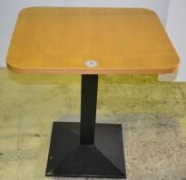 Kafebord i eik / fot i sort, 60x70cm, pent brukt