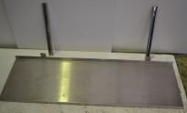 Vegghylle i rustfritt stål for storkjøkken, 138m bredde / 43cm dybde, 1 hylleplan, pent brukt