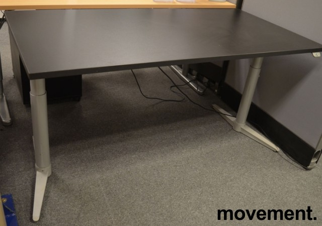Skrivebord med elektrisk hevsenk fra Edsbyn i sort, 160x80cm, NY PLATE / pent brukt bilde 1
