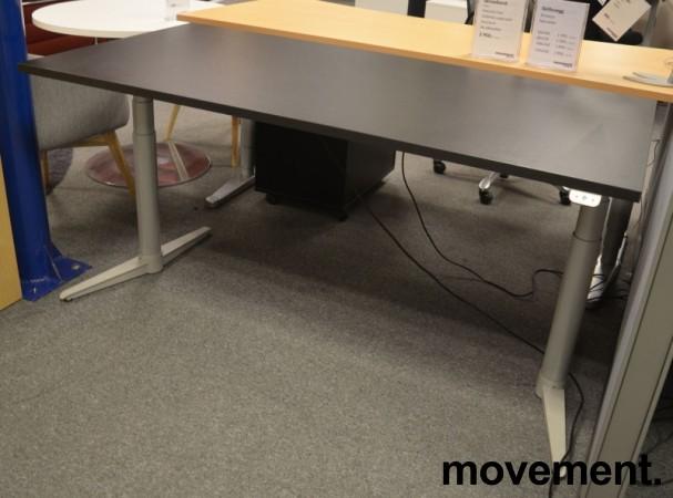 Skrivebord med elektrisk hevsenk fra Edsbyn i sort, 160x80cm, NY PLATE / pent brukt bilde 2