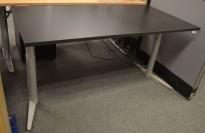 Skrivebord med elektrisk hevsenk fra Edsbyn i sort, 160x80cm, NY PLATE / pent brukt