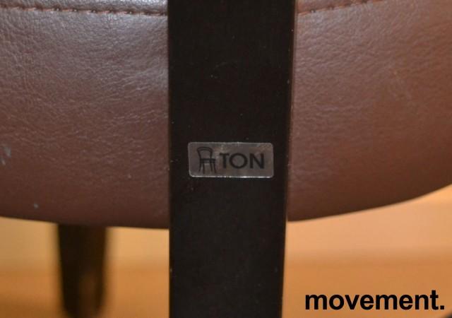 Solid kaféstol / restaurantstol fra Ton med sete i brun skinnimitasjon og rygg i gult stoff, pent brukt bilde 3