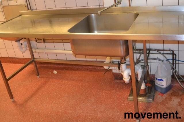 Arbeidsbenk i rustfritt stål med kum / oppvaskbenk, 210cm bredde, pent brukt bilde 1