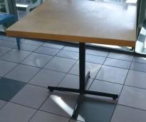Kafebord med bordplate i eik finer, 80x80cm bordplate, 75cm høyde, brukt