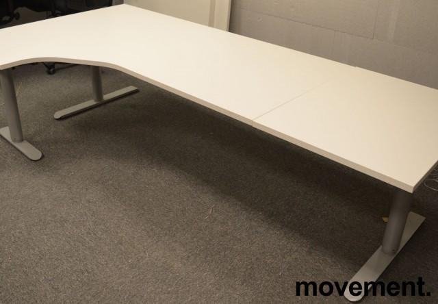 Skrivebord med elektrisk hevsenk i hvitt fra Linak, 240x120cm, ventresløsning, NYE PLATER / pent brukt understell bilde 1