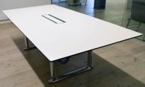 ForaForm Colonnade møtebord i hvitt / sort / krom, 240x120cm, passer 8-10 personer, kabelluke, pent brukt
