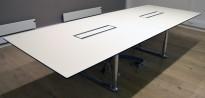 ForaForm Colonnade møtebord i hvitt / sort / krom, 317x120cm, passer 10-12 personer, kabelluker, pent brukt