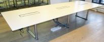 ForaForm Colonnade møtebord i hvitt / krom, 414x138cm, passer 14-16 personer, kabelluker, pent brukt