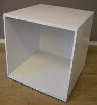 Åpen reol / printerbord / kubeskap / mediamøbel, 70x70x73,5cm, hvit laminat, pent brukt