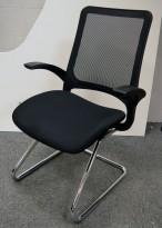 Konferansestol / møteromsstol i sort stoff / sort mesh i rygg, armlene, pent brukt