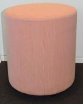 Loungemøbel / Sittepuff fra Johanson Design, Ø=38cm, H=43cm, Rosa stofftrekk, pent brukt