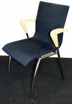 Møteromsstol / konferansestol i grått stoff / krom, armlene i treverk, pent brukt